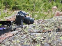 Fotografieausrüstung, die auf Felsen stillsteht Stockfoto
