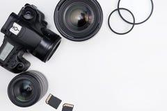 Fotografieausrüstung und Kopienraum über weißer Tabelle Lizenzfreies Stockfoto