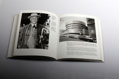 Fotografieboek door Nick Yapp, Frank Lloyd Wright American-architect en Guggenheim-Museum in New York royalty-vrije stock afbeeldingen