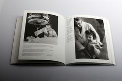 Fotografieboek door Nick Yapp, Schoolkinderen tegen polio met vaccin worden beschermd dat stock foto's