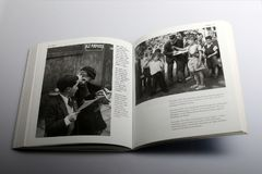 Fotografieboek door Nick Yapp, Twee schooljongens die spel van Conkers in Kent spelen Royalty-vrije Stock Afbeelding