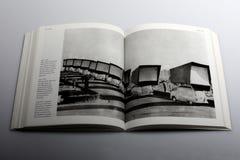 Fotografieboek door Nick Yapp, Vloot van auto's met de reuzeachterprojectieschermen royalty-vrije stock foto's