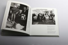 Fotografiebuch durch Nick Yapp, Verkaufs-Tag in einem Shop Lizenzfreie Stockfotos