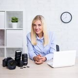 Fotografieconcept - vrouwen professionele fotograaf met camera, computer en fotografiemateriaal stock fotografie