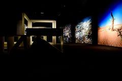 Fotografien, die mit der Dunkelheit eines Raumes im Museum von MUNCYT spielen Stockbild