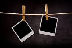 Fotografiepapier mit den sofortigen Fotorahmen befestigt zum Seilesprit Lizenzfreies Stockbild