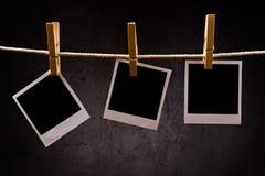 Fotografiepapier mit den sofortigen Fotorahmen befestigt zum Seilesprit Lizenzfreies Stockfoto