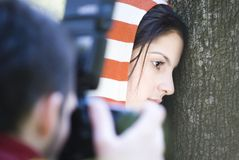 Fotografieren der Brunettefrau Stockfotos