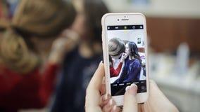 Fotografieren des Prozesses des Makes-up im Schönheitssalon stock video
