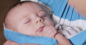 Fotografieren eines Kindes in einem Riemen stock footage