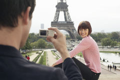Fotografieren in Front Of Eiffel Tower Stockfotos
