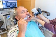 Fotografieren von Zähnen im Zahnarzt ` s Büro Lizenzfreie Stockfotografie