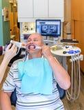 Fotografieren von Zähnen im Zahnarzt ` s Büro Stockbild