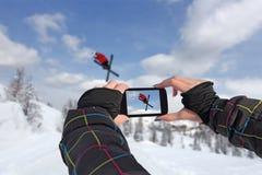 Fotografierte Skifahrer springen mit intelligentem Telefon Stockfotografie