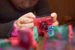 Fotografieschool Animatieschool Jonge fotograaf die foto nemen royalty-vrije stock fotografie