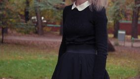 Fotografiespruit van een jonge vrouw in karakter van een eng wit onder ogen gezien meisje met een pop stock footage