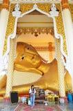 Fotografiglidräkning som vilar Buddha med bladguldet på Wat Ras Prakorngthum Nonthaburi Thailand Royaltyfri Fotografi