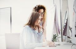 Fotografii Coworkers nowożytny biurowy Loft Obrachunkowych kierowników drużyny pracy pomysłu Nowy projekt Młodej biznesowej załog obrazy royalty free