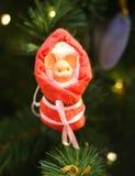 Fotografii dekoracji jaskrawa śmieszna zabawka na choince świnia zdjęcie stock