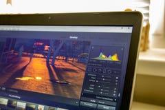 Fotografii edytorstwo na laptopie Fotografa komputer z fachowym oprogramowaniem Wizerunek poczty przerób obrazy royalty free