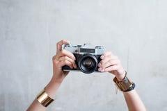 Fotografii kamera na szarym ściennym tle Fotografia Stock
