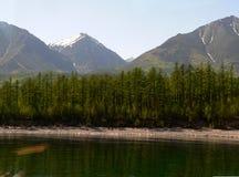 Fotografii lata krajobrazu piękny kryształ - jasna świeża woda jeziorny Baikal w Rosja Zdjęcie Stock