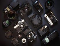 Fotografii miejsca pracy pojęcie Inkasowego rocznika Ekranowe I Cyfrowe kamery Na Czarnym tle, Odgórny widok Obraz Stock