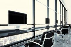 Fotografii nowożytny coworking biuro w centrum biznesu z panoramicznymi okno Rodzajowi projektów komputery i rodzajowy biel obrazy royalty free