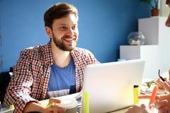 Fotografii projektant grafik komputerowych pracuje z nowego projekta nowożytnym loft Rodzajowy projekta notatnik na drewno stole  Obraz Stock