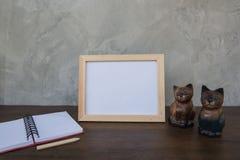 Fotografii rama na drewnianym stołu, książki i zabawki kocie Zdjęcia Stock
