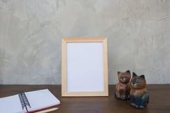 Fotografii rama na drewnianym stołu, książki i zabawki kocie Obraz Royalty Free