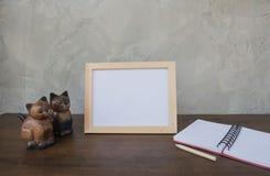 Fotografii rama na drewnianym stołu, książki i zabawki kocie Obrazy Royalty Free