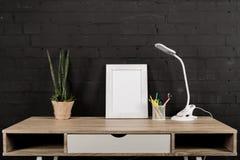 fotografii ramowa i stołowa lampa przy miejscem pracy Obrazy Royalty Free