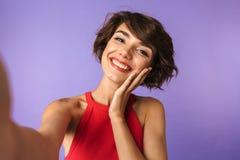 Fotografii zbliżenie śliczna brunetki kobieta 20s w przypadkowej odzieży ono uśmiecha się fotografia stock