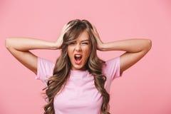 Fotografii zbliżenie dokuczająca gniewna kobieta z długim kędzierzawym włosy w basach obraz royalty free