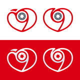 Fotografilogo Kamerasymbol med hjärta och slutaren förälskelsemannen silhouettes temakvinnan Royaltyfria Foton