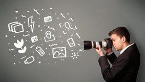 Fotografjunge, der weiße Fotografieikonen und -symbole gefangennimmt Stockfotografie