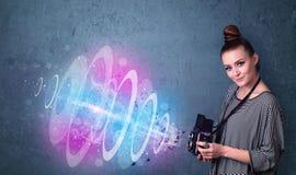 Fotografmädchen, das Fotos mit starkem Lichtstrahl macht lizenzfreie abbildung