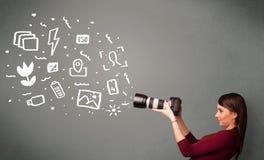 Fotografmädchen, das weiße Fotografieikonen und -symbole gefangennimmt Stockbilder