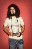 Fotografo appassionato serio con bei capelli ricci lunghi h Fotografia Stock