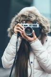 Fotografo asiatico delle free lance che esplora in freddo Fotografie Stock Libere da Diritti