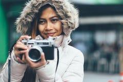 Fotografo asiatico delle free lance in un cappotto di inverno Fotografia Stock Libera da Diritti