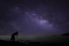 Fotografo che fa il nightscape di fotografia con la galassia della Via Lattea immagine stock libera da diritti