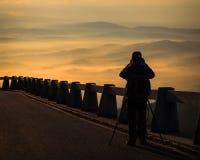 Fotografo che fotografa mattina dei paesaggi Fotografia Stock Libera da Diritti