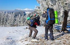 Fotografo che fotografa panorama di inverno in alte montagne Immagini Stock