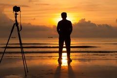 Fotografo che guarda all'aumento del sole Immagini Stock Libere da Diritti
