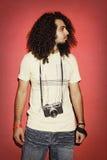 Fotografo che guarda lateralmente con la bella HOL lunga dei capelli ricci immagine stock libera da diritti