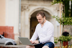 Fotografo che lavora ad un computer portatile Immagine Stock Libera da Diritti