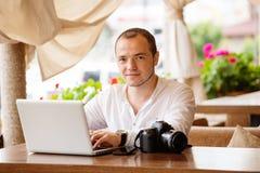 Fotografo che lavora ad un computer portatile Fotografia Stock