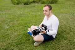 Fotografo che lavora ad un computer portatile all'aperto Immagini Stock